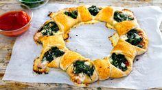 Ricetta gustosissima e sfiziosa, ma anche semplice da preparare, come piace a noi! Questa pizza farcita con formaggi veg e spinaci è davvero buonissima, soff...