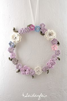 Blümchenkranz - gehäkelt * crocheting a flowerwreath * Fais au crochet une couronne de fleurs Crochet Puff Flower, Crochet Flower Patterns, Crochet Flowers, Double Crochet, Knit Crochet, Corona Floral, Crochet Wreath, Fleurs Diy, Crochet Home Decor