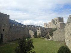 Le Château de Puilaurens domine la vallée de l'Aude, à la limite des Pyrénées-Orientales du haut de ses 700m d'altitudes.