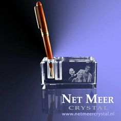Penhouder van kristal glas voor 2 pennen. Naast de pennen kan een logo, foto en/of tekst in verwerkt worden.
