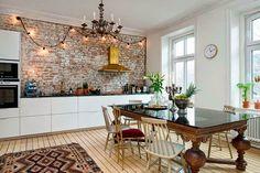 Keltainen talo rannalla: Tyyliä Ruotsista ja Italiasta