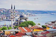 Blick auf den Bosporus und Bezirke Eminonu und Beyoglu in Istanbul