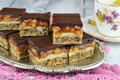 Prajitura Snikers - CAIETUL CU RETETE Creme Caramel, Tiramisu, Deserts, Ethnic Recipes, Food, Essen, Dessert, Tiramisu Cake, Desserts