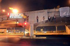 Mayo 4 de 2012 - Nueve cadáveres fueron colgados de un puente en Nuevo Laredo, noreste de México. Los cuerpos de cinco hombres y cuatro mujeres tenían signos de tortura, en un asesinato que el grupo Los Zetas se atribuyó, en supuesta represalia al Cartel del Golfo. A esto se suman 14 cuerpos hallados decapitados en esta ciudad mexicana. (EFE/VANGUARDIA LIBERAL)