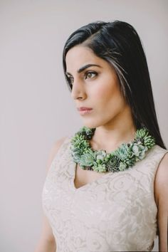 Necklace made of green and gray succulents. The living plants kan be plantet after being worn as jewellery. Amazing statement pice for a party or wedding!