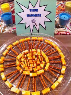 59 lustige Party Snacks Ideen, die wir gern am Kindergeburtstag essen - Geek World Birthday Party Snacks, Snacks Für Party, 4th Birthday Parties, 5th Birthday, Birthday Ideas, Parties Food, Super Hero Birthday, Avengers Party Foods, Superhero Party Food