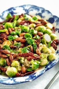 Lun rosenkålssalat med honning og mandler ⋆ BY DIANAWI Easy Salad Recipes, Easy Salads, Real Food Recipes, Healthy Recipes, Salad Menu, Salad Dishes, Crab Stuffed Avocado, Roasted Beets And Carrots, Light Summer Dinners