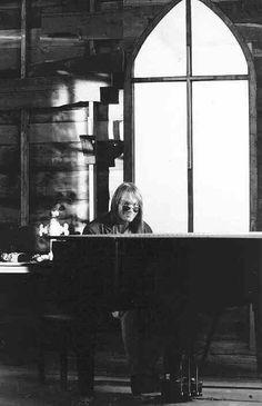 Axl Rose, piano.