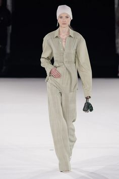 The complete Jacquemus Fall 2020 Menswear fashion show now on Vogue Runway. Fashion Week, High Fashion, Fashion Looks, Fall Fashion, Couture Fashion, Runway Fashion, Mens Fashion, Vogue Paris, Jacquemus