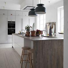 Drømmekjøkkenet // En flott kjøkkenøy i hvit og høyskap i perlegrå med herlig lek med håndtak/knotter. Benkeplate i gråoljet ask. . . . .…