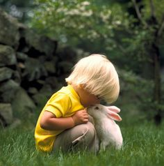 Le petit garcon avec le lapin a la campagne / the little boy with the rabbit in the country