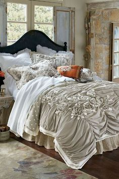 With a pretty rose applique, our Vintage Boho Comforter strikes the balance between Parisian chic and bohemian romance.