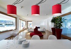 Giochi di lineeUna successione di spazi disposti in orizzontale per una casa di 400 mq a Cuneo, progettata dagli architetti Duilio Damilano e Claudia Allinio. In primo piano, il tavolo da pranzo