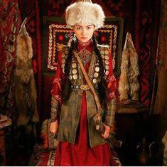 Geceden pusadı giyip bekledi Gurbet Elleri vatan eyledi  Dostunu düşmanını iyi belledi Turan bakışlı güzel Asena
