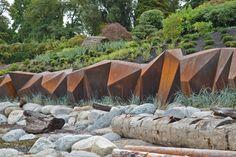 Nel mondo delle infrastrutture idriche i buoni e i cattivi esempi sono subito riconoscibili. I cattivi sono ovunque: condotte di cemento grigio, tubi di drenaggio e dighe che sottraggono l'acqua a case e insediamenti. I buoni sono più rari. L'esempio di Vancouver, in Canada. Leggi