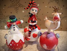 Christmas Baubles cake toppers made out of gumpaste without moulds Christmas Cake Designs, Christmas Topper, Christmas Cake Decorations, Diy Christmas Ornaments, Christmas Elf, Winter Christmas, Christmas Biscuits, Polymer Clay Christmas, Clay Ornaments
