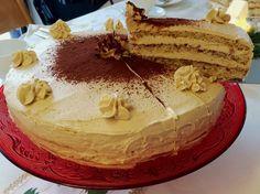 Für den zweiten Weihnachtstag wollte ich noch mal eine Buttercreme-Torte machen. Die letzte ist schon eine ganze Weile her, so dass sich der Familienbesuch anbot. Bislang habe ich nämlich erst eine Buttercreme-Torte gemacht und bin sonst eher auf Wickeltorten mit Creme-Füllung ausgewichen. Diesmal sollte es etwas anderes werden als eine klassische Vanille-Buttercreme. Auf Monikas Blog ... weiterlesenNuss-Torte mit Kaffee-Buttercreme