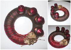 """Střední adventní věnec - hnědo-červeno-zlatý Adventní věnec na Váš předvánoční stůl v barvách elegantních a vánočních. Polystyrenový korpus zdobený krepovkou, ozdobným tylem, stužkou a zlatou nití. Vše umocněno malým aranžmá pozlacených """"ananasových"""" květů a vínovými svíčkami."""