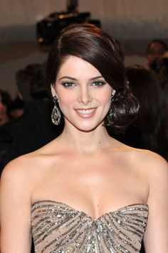Ashley Greene Chignon Ashley Greene was the perfect picture of elegance at the 2011 Met Gala. She styled her polished hair in a side pinned chignon. Short Hair Updo, Wedding Hairstyles For Long Hair, Wedding Hair And Makeup, Short Hair Styles, Wedding Updo, Hair Makeup, Elegance Hair, Side Hairstyles, Elegant Hairstyles