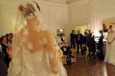 Chi vi accompagnerà nella scelta dell'abito da sposa? Ecco chi vi può consigliare l'abito perfetto per il giorno del sì.