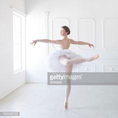 Foto de stock : Ballet dancer in white studio