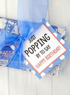 Popcorn Gift Idea These punny candy bar sayings make a cute and simple birthday gift for friends! Add a cute printable tag to a candy bar or fill a box with candy bars full of sayings, no matter how you do this, it's a fun candy birthday gift idea! Coworker Birthday Gifts, Birthday Tags, Birthday Candy, Birthday Quotes, Birthday Ideas, Diy Birthday, Simple Birthday Gifts, Birthday Wishes, Sister Birthday