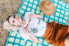 Hey Girl ojos bonito guiño mujer camiseta por TopKnotGoods en Etsy