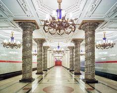 「宮殿がただの家以上のものであるのと同じように、これらの地下鉄駅はただ電車から電車に乗り換えるための空間ではなかったのです」。バーデニーはそう話す。「地下鉄駅は、そこにいる人々にとんでもなく高いレヴェルの快適さを提供することを目的としているのです」- WIRED   ロシアの地下鉄の駅が、まるで宮殿のよう