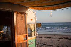 Beach camping with a camper van Vintage Caravans, Vintage Travel Trailers, Vintage Campers, Retro Trailers, Classic Trailers, Retro Campers, Happy Campers, Camping Glamping, Beach Camping