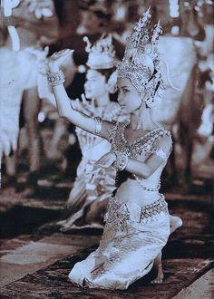 Cambodian Art, 1 Century, Khmer Empire, Extraordinary People, Thai Art, Royal Ballet, Traditional Fashion, Angkor Wat, Just Dance