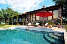 Vrijstaande vakantie villa met zwembad Lazio Rome | Heel veel privacy en gelegen in een prachtige omgeving. Uitgebreide patio's zodat u van het uitzicht kunnen genieten op de omliggende heuvels. Ligt in een weelderige tuin met mooie eikenbomen en een prachtig zwembad. | Italian Residence, Verhuur vakantiehuizen in Italië