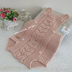 No photo description. Diy Crafts Knitting, Easy Knitting Patterns, Knitting For Kids, Baby Knitting, Baby Girl Crochet, Crochet Baby Booties, Baby Pullover, Baby Cardigan, Diy Romper