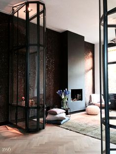 Sitting room with a fire place and a dark wall - interior architect Jeroen van Zwetselaar Home Interior, Home Living Room, Interior Design Living Room, Interior Architecture, Living Spaces, Modern House Design, Modern Interior Design, Casa Loft, Interiores Design