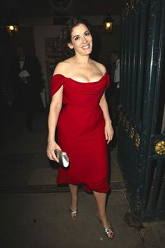 Nigella Lawson displayed her ample curves in a scarlet Vivienne Westwood gown as she attended a charity party in London. Nigella Lawson Age, Sexy Older Women, Sexy Women, Plus Size Fashion Tips, Celebs, Celebrities, Famous Women, Portraits, Feminine Style