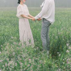 Trong hình ảnh có thể có: một hoặc nhiều người, mọi người đang đứng, cỏ, ngoài trời và thiên nhiên Korean Wedding Photography, Couple Photography Poses, Pre Wedding Poses, Pre Wedding Photoshoot, Foto Wedding, Wedding Pics, Couple Posing, Couple Shoot, Prenup Theme