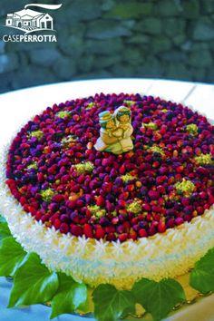 Torta con fiori di zucchero e frutti di bosco