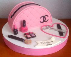 Mi primera tarta bolso. Y nada mejor que con el estilo Chanel. Las tartas de color rosa siempre me han gustado. El rosa da carácter fresco, alegre y divertido. Viene acompañada de unos cuantos acce...