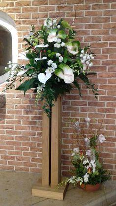 Altar Flowers, Church Flowers, Flower Arrangement, Floral Arrangements, Iglesias, Kirchen, Ikebana, Pedestal, Milan