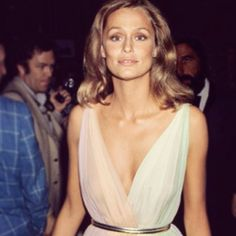 Lauren Hutton at the 1975 #Oscars. Pin to win your dream red carpet look! http://rzoe.co/dream-red-carpet #dreamredcarpet