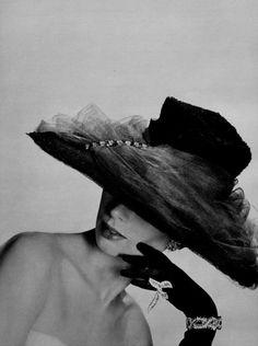 Rose Valois Hat and Boucheron Jewelry 692426de565d