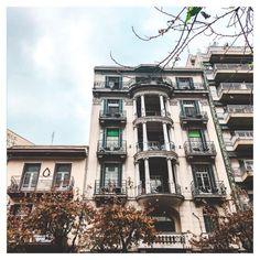 6 λόγοι που αγαπάω την Αθήνα - Little Hope Flags Multi Story Building, Street View