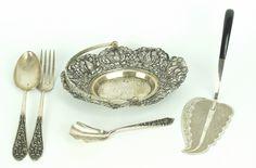 Een kavel Djokja, bestaande uit een hengselschaaltje, taartschep, lepel, vork en suikerlepel.