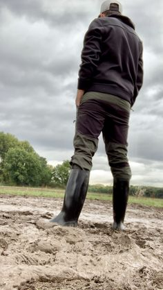 Rubber Catsuit, Country Men, Wellington Boot, Cool Boots, Leather Pants, People, How To Wear, Bear, Fashion