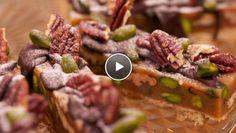 Rudolph's Bakery | vorm met bakpapier. Verdeel het beslag over de bakvorm en bak in de oven in circa 25 minuten gaar. Laat de bodem afkoelen. Vulling en glazuur Verwarm de...