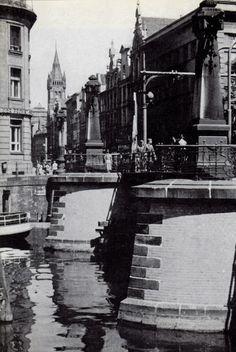 Blick ueber die Grüne Brücke in die Kneiphof-Langgasse und auf den Schlossturm im Hintergrund. Die Grüne Brücke (über den Alten Pregel) gehörte mit der Krämerbrücke (über den Neuen Pregel) zu den ältesten Brücken der Stadt. Im Bereich der Börse stand einst das Grüne Tor. Foto 1930er Jahre.