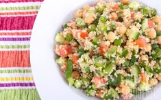 Environ 30 min   Par Céline INGRÉDIENTS (4 PERS.)   240 g de quinoa  1 concombre  2 tomates  1 poivron vert  1 boite de pois chiche  Huile d'olive