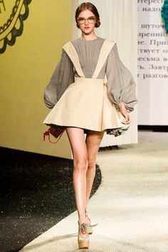 January 20 showing Atelier Versace started high fashion week in Paris. - January 20 showing Atelier Versace started high fashion week in Paris. Defile opened catwalk star o - Look Fashion, New Fashion, Runway Fashion, Trendy Fashion, Fashion Models, Womens Fashion, Paris Fashion, Vogue Models, Fashion Spring