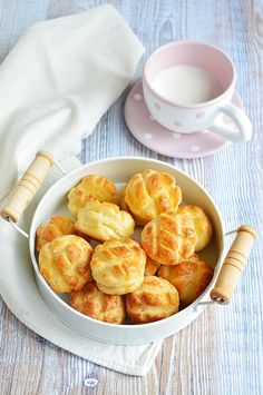 Sajtos mini pogácsa (trükkös pogácsa) Snack Recipes, Healthy Recipes, Snacks, Hungarian Desserts, Apple Pie, Macaroni And Cheese, Minion, Biscuits, Cheddar