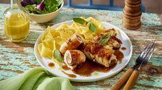 vorheriges Rezept zur übersicht nächstes Rezept Saltimbocca-Putenröllchen Saltimbocca-Putenröllchen Der Klassiker aus der römischen Küche schmeckt auch mit Pute hervorragend. In Kombination mit Bandnudeln ein echter Gaumenschmaus! jetzt nachkochen Zutatenliste Für 4 Portionen 8 Putenschnitzel (à ca. 90 g) ca. 8 Stiele Salbei grobes Meersalz Pfeffer aus der Mühle 8 TL Basilikumpesto 8 Scheiben (à ca. …