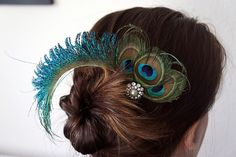 DIY peacock feather fascinator ~ for attaching my shoulder drape . and maybe something in the hair or headdress chain Peacock Crafts, Feather Crafts, Peacock Hair, Peacock Feathers, Hair Feathers, Peacock Colors, Fascinator Diy, Feather Hair Pieces, Diy Hair Accessories